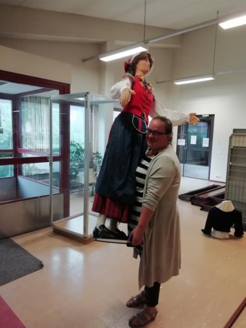 Liisa Jaakkola kantoi mallinuken virastotalosta.