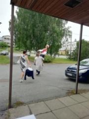 Eija Hesso ja Liisa Jaakkola siirsivät kansallispukunuken seuran omaan varastoon.