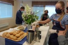Maatalousnaiset hoitivat kahvituksen. Kuvassa Emma ja Mari Vehkalahti. (Kuva: Heta Tuomisto)