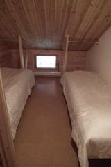 Yläkerran pieni makuuhuone / Bedroom upstairs