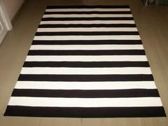 Mustaa ja valkoista raitaa (2012)