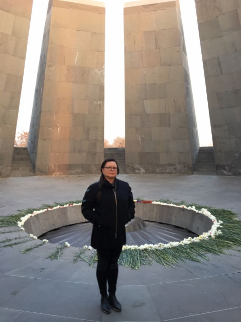 Kansanmurhan muistomerkillä / In front of the Armenian Genocide memorial complex