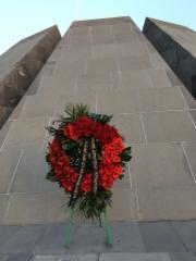 kukkia muistomerkillä