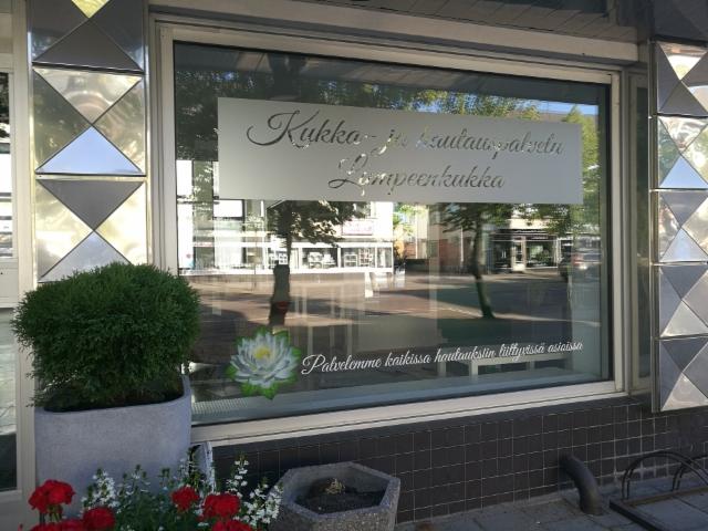 Kukka- ja Hautauspalvelu Lumpeenkukka ikkunateippaus