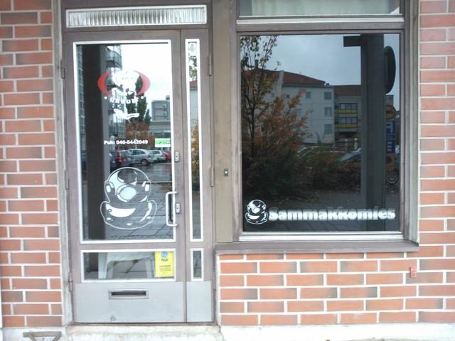 Myymälän ikkunateippaus
