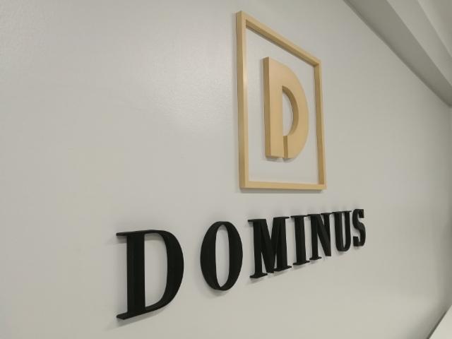 Kolmiulotteiset logo ja kirjaimet seinälle asennettuna