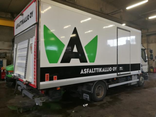 Asfalttikallion Volvo kuorma-auton teippaus