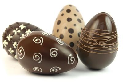 Kauniisti koristellut suklaat erottuvat edukseen.