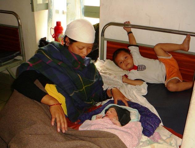 Vastasyntynyt tyttö vuoristossa / New born baby