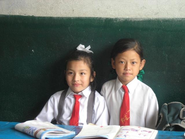 Koululaisia, Numa (oik.) / School girls, Numa (right)