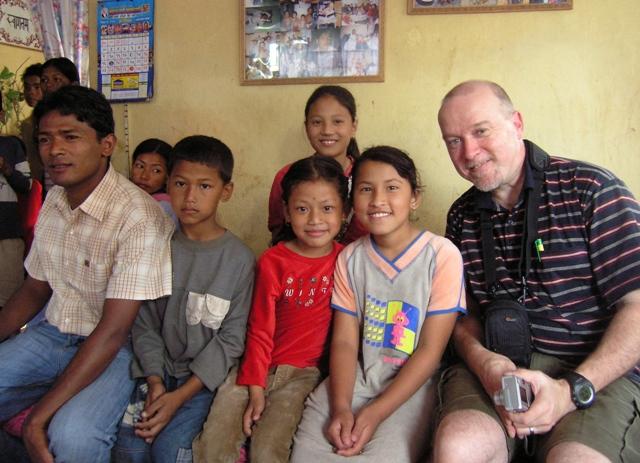 Mano-lapsia & Mikko & Mano Children Katmandu 2004