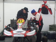 Harri Hakulinen ja Lorenzo Balzan säätävät autoa.