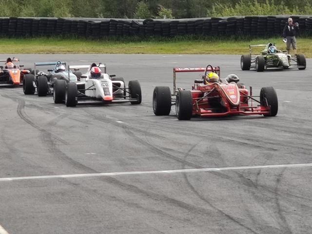 Formula Open-luokan lähtöruudukka. Viivalla F3:sia, F4:sia sekä Formula Ford ja Renault.