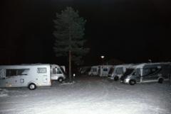 Hiljainen kylätie yöllä