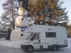 Tuulenpesällä ihmettelemässä lumiukkoa