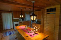 Pitkä keittiönpöytä Hongassa