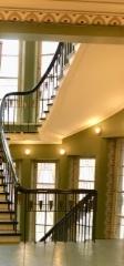 Lahden kaupungintalon portaikkoa kaiteineen
