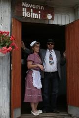 Helmi ja Maki ovella