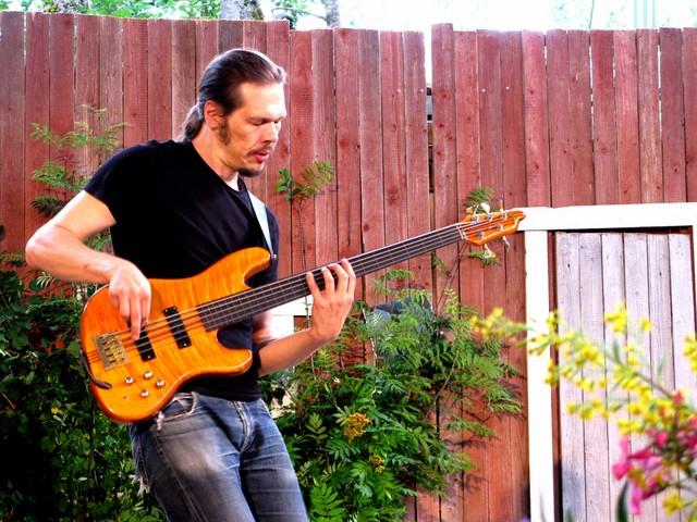 Veetin bändin basisti