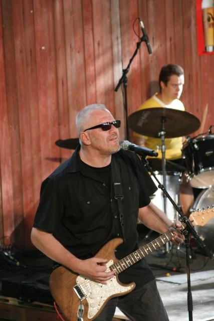 Veetin bändin kitaristi ja rumpalisti