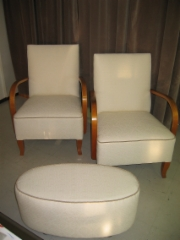 2 nojatuolia ja rahi eri aikakausilta ovat nyt setti.