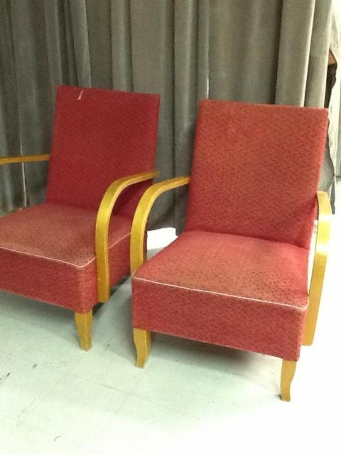 2 nojatuolia ennen kunnostusta