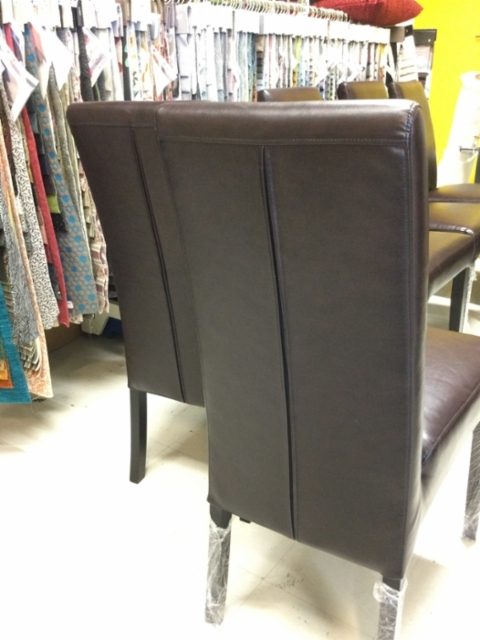 Tuolien selkänojaan lisättiin vetoketju