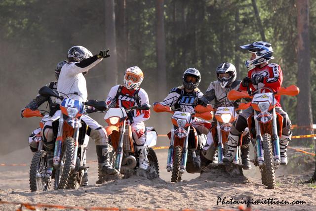 ryhma 1 starttaamassa reitille