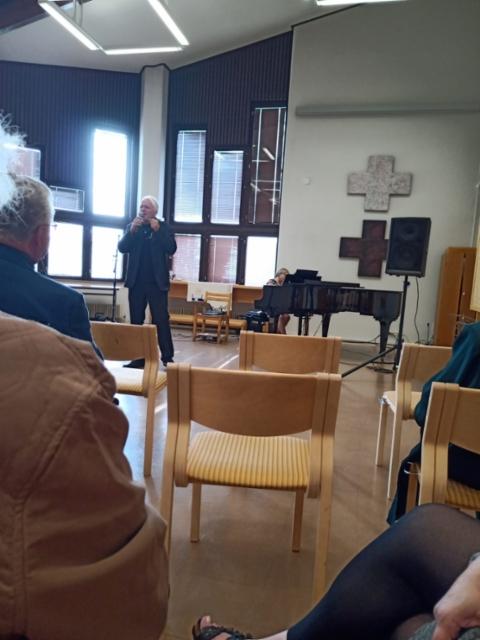 Vesa Hyyryläinen ja Heljä Pylvänäinen esittivät lauluja Eino Leinon teksteihin liittyen.
