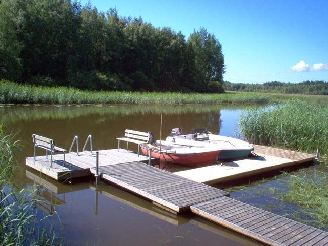 Ponttonilaituri, jossa paikat veneille