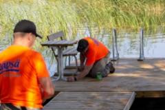 Näpsä-laiturien asentajat työssä