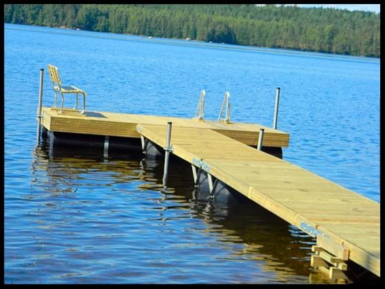 Näpsä-laiturit Rullava laituri asennettuna järven rannalle