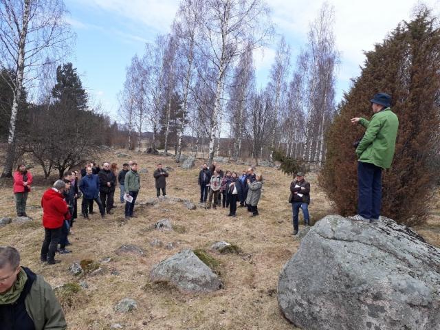 Arkeologeja tutustumassa perinnelaidunalueeseen 19.04.2018