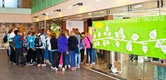 Koululaisryhmä tutustuu Life työpajaan (kuva: Pekka Koski)