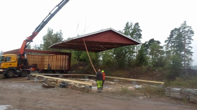 Katto rakennetaan maassa ja nostetaan kokonaisena hallin päälle.