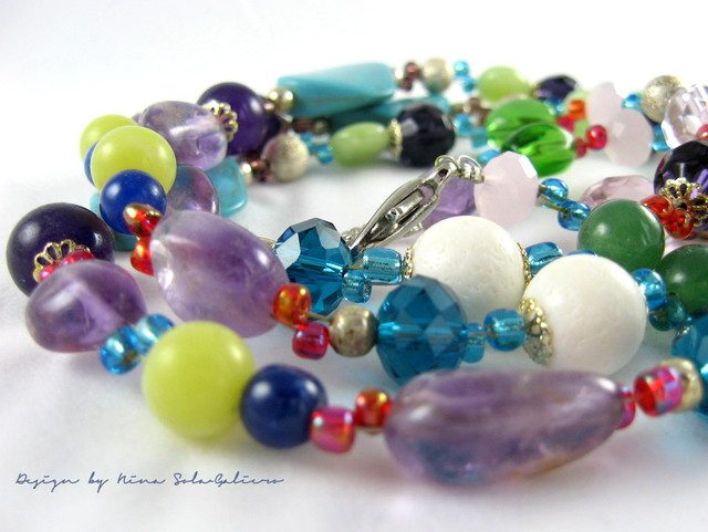 Helmeilevän värikäs pitkä kaulakoru / Sparklingly colourful long necklace