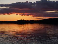 Auringonlasku Kaitaisten mökkirannassa