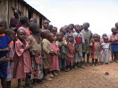Masai-lapset koulun pihalla