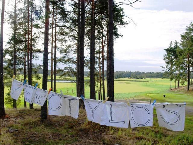 Verot ylös -vaatimus golfkentällä