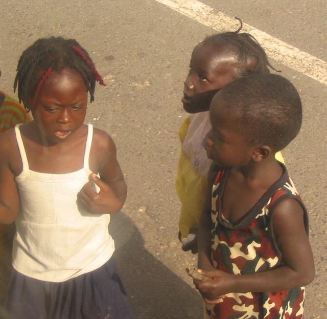 Gambialaislapsia Banjulin kadulla