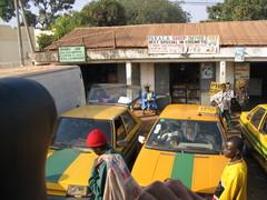 Kosmetiikkakauppoja, Taksilla matkalla makasutuun