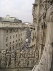 Milanon tuomiokirkko. Duomoa koristaa tuhannet ihmispatsaat.
