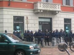 Garabinieerit (kansalliskaarti) valmiina mielenosoittajia rauhoittamaan