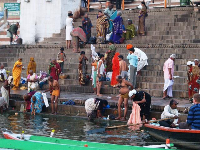 Aamutoimia Gangesilla Varanasin kaupungissa