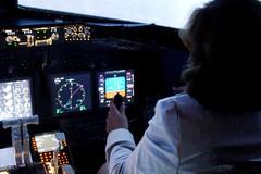 A36 Nainen lentokoneen ohjaimissa