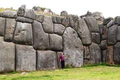 B75 Nainen kivipaasiseinää päin
