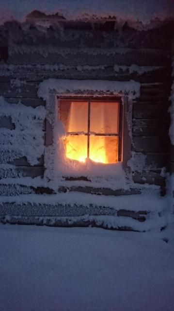 6__ikkuna_kaarnan_lansipaadyssa_lumihuurussa