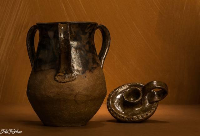 Keskiaikainen vaasi ja kynttilänjalka