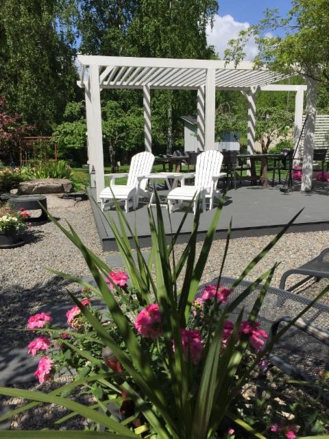 Adirondack tuolit ja kesäkukkaistutukset