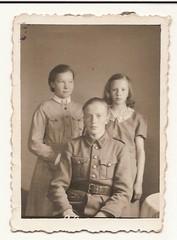 Elma, Toini ja Alpo Salmela Eimisjärveltä kuva otettu joskus vuosina 1940- 45